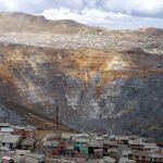 ペルーの鉱山セロデパスコの街に巨大な穴が!鉛中毒で子供の命の危機!?環境汚染も深刻!理由や原因は?【世界仰天ニュース】